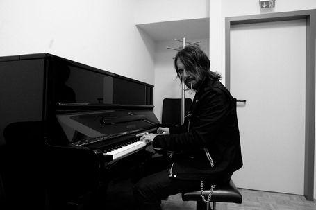 Der W am Piano